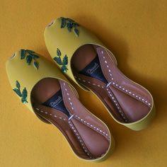 Support comfort in Dazzle juttis! Uniquely handcrafted by Pakistan's finest artisans, Dazzle juttis emanates luxury and traditional mysticism. Indian Shoes, Trendy Suits, Trendy Sandals, Designer Party Wear Dresses, Bridal Sandals, Fancy Shoes, Lakme Fashion Week, Women's Feet, Wedding Shoes