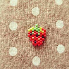 Et pour finir ce super week-end, un petit tissage express! Un joli pin's tout mini pour mettre de la vitamine dans la journée de demain, qui s'annonce toute grise! Modèle de @monpetitbazar #monpetitbazar #tissage #miyuki #fraise #strawberry #rouge #red #jenfiledesperlesetjassume #pins #vitamine ❤