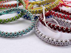 Je suis très DIY petits bracelets en ce moment ! En voici un nouveau, avec des petites perles de métal, en fait une petite chaine de perles. Le site sur lequel j'ai trouvé ce DIY n'est pas en français, je ne vous donne même pas la langue, cela n'a aucune importance, les photos du pas à pas se suffisent à elles-même pour fabriquer ce petit bracelet. Une fois de plus, toutes les couleurs sont possibles, à vous de choisir les bonnes !