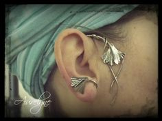 """Tour d'oreille droite Conte """"La Belle aux Cheveux d'Or"""" feuille deginkgo biloba et entrelacs : Boucles d'oreille par aurelyne"""