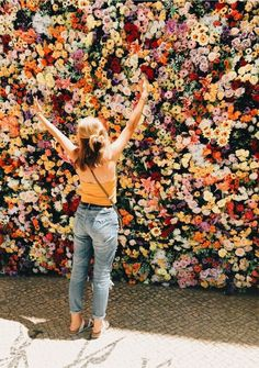 New plants flowers photoshoot ideas Wild Flowers, Beautiful Flowers, Happy Flowers, Beautiful Wall, Hippie Stil, Surfer, Flower Aesthetic, Aesthetic Girl, Foto Pose