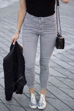 Los pantalones a cuadros están muy en tendencia esta temporada y lo mejor de todo es que al ser delgados son perfectos para no morir de calor en la oficina. Checa estas ideas y aprende a combinarlos.