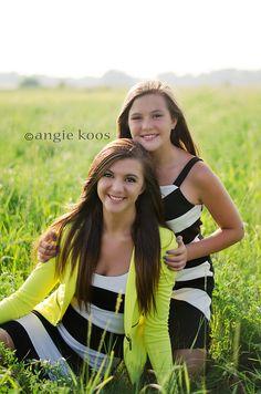Sibling pose - duo - sisters