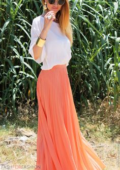 Pair a coral maxi skirt with a loose white top and yu have yourself a cute and comfy spring and summer outfit. Mode Chic, Mode Style, Look Fashion, Fashion Beauty, Womens Fashion, High Fashion, Runway Fashion, Fashion Shoes, Fashion Jewelry