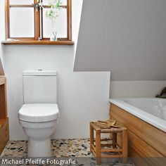 Das Badezimmer wurde liebevoll restauriert; es ist schlicht und wirkt natürlich dank der vielen Elemente aus geöltem Lärchenholz und dem Boden aus  …