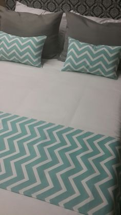 fundas y pie de cama diseño chevron Diy Pallet Projects, Home Projects, Home Bedroom, Closet Bedroom, Bedroom Ideas, Bed Scarf, Hotel Bed, Bed Runner, Sewing Pillows