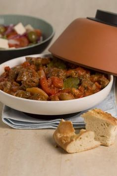 Stifado Voor De Slowcooker Of Oven recept Greek Recipes, Meat Recipes, Healthy Recipes, Crock Pot Slow Cooker, Slow Cooker Recipes, Stifado, Multicooker, Meat Lovers, No Cook Meals