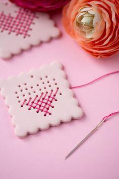 Kreative DIY Idee zum Selbermachen. Herzen sticken mit Fimo als Geschenkanhänger. Mit Schritt für Schritt Anleitung. Geschenke schön verschenken mit Herz.