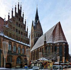 Hannover, Altes Rathaus mit Marktkirche und Weihnachtsmarkt wurde in Deutschland, Hannover aufgenommen und hat folgende Stichwörter: Kirchen,  Hannover.
