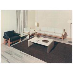 Woonkamer ingericht met wit- en zwartleren gestoffeerde bank en fauteuils ontworpen door Martin Visser