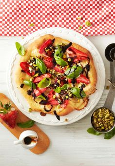 Mansikka-balsamicopizza // Strawberry & Balsamico Pizza Food & Style Riikka Kaila Photo Timo Villanen  Maku 3/2014, www.maku.fi