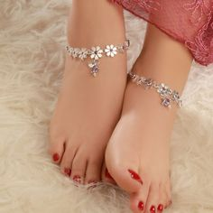 In this video, we will show you women's anklets latest designs, ankle bracelets, ankle jewelry & more. Find out the perfect foot jewelry for you. Silver Anklets Designs, Anklet Designs, Fancy Jewellery, Silver Jewellery Indian, Ankle Jewelry, Ankle Bracelets, Gold Jewelry, Jewelery, Toe Ring Designs