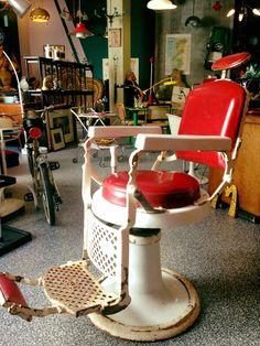 #vintage #deco #fifties #sixties #barbershop #barber #sillonbarbero #rockabilly #scandinavian #spaceage #decoracion #interiorismo #antiques #zamora #mesa #vintage en www.chachiandchachi.com Rockabilly, Barbershop Design, Barber Chair, Barber Shop, Scandinavian, Chairs, Antiques, Furniture, Shopping