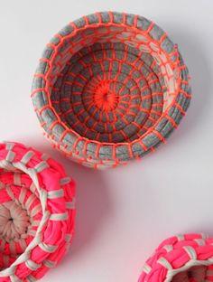 Costureiras e artesãs que trabalham com tecido têm muitos retalhos em casa e para aproveitá-los, é possível fazer cestinho de tecido e linha, que resulta