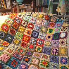 Crochet Beanie, Cute Crochet, Knit Crochet, Crochet Designs, Crochet Patterns, Beginner Crochet Tutorial, Crochet Quilt, Granny Square Blanket, Manta Crochet