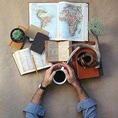Reise plannieren Kaffee Bücher Atlas