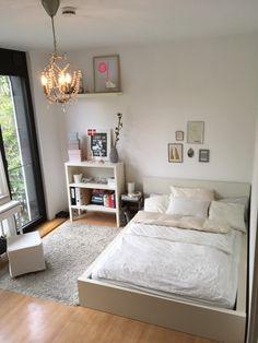 Charmant Lichtdurchflutetes Schlafzimmer Mit Weißem Holzbett Und Dielenboden. # Schlafzimmer #Einrichtung #bedroom #interior #bed #Holzbett #Dielenboden