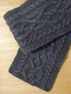 Un bonnet à tricoter au point de riz, avec une torsade  Swallowfield.  HELENE COLLA · Écharpe homme 83286c7b45b