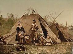 Famille samie devant une goahti (début 20e)