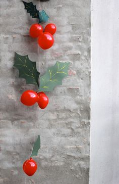 holly-garland balloons for Christmas party decorations