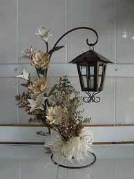 centro de mesa farol con vela y flores                              …
