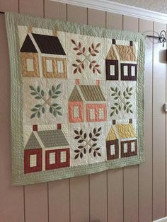 Joli village comme un Baltimore Amische Quilts, Sampler Quilts, Mini Quilts, House Quilt Patterns, House Quilt Block, Quilt Blocks, Hanging Quilts, Quilted Wall Hangings, Country Quilts