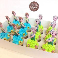 Más detalles de los #dulces que hicimos para la #frozenfeverparty de Fiorella  Gracias a @kreativelabec por los toppers de #Anna y #Elsa para complementar nuestros #cupcakes