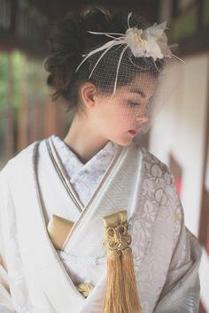 ピュア感たっぷりの白無垢もヘッドドレスに合わせるのも◎参考にしたい結婚式の白無垢一覧。素敵なウェディング・ブライダルを♪ Japanese Costume, Japanese Kimono, Traditioneller Kimono, Modern Kimono, Wedding Kimono, Japanese Wedding, Traditional Kimono, Hair Arrange, Gown Pattern