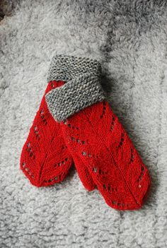 Knitted 'Hilda' mittens - U n d i i n by Kristi Everst Red Mittens, Knit Mittens, Knitted Gloves, Knitted Shawls, Knitting Stitches, Knitting Patterns, Crochet Patterns, Knitting Machine, Mittens Pattern