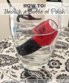 polish insomniac: How To Unstick a Bottle of Polish odos hemos estado allí.  Ese frasco de esmalte no se abre.  Llene un vaso  con agua tibia . Invierta el frasco de esmalte y colóquelo en el vaso de agua tibia.   Si el esmalte tiene una etiqueta en la parte inferior hacen que el cristal no es tan completa que la botella está totalmente sumergida. Espere 5 minutos. Retire la botella de esmalte del vaso de agua tibia. Voila!