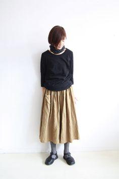 リネン100%、ワッシャーの入ったギャザーキュロット。 スカートの様にも見えてウエストゴムが体に優しいふんわりデザインです。シンプル...