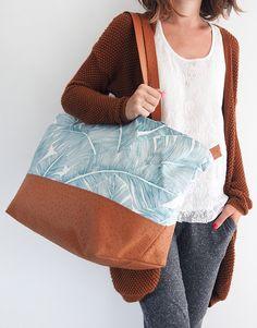 Grand sac de voyage avec détails en simili-cuir, fermeture zippée, entièrement doublé - Patron de couture dans le livre « Mes jolis sacs mais pas que… » (Hélène Mora aux Editions de Saxe)