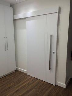Porta de correr com sistema de trilho embutido, pintura de laca P.U branco acetinado (Sayerlack) - Ecoville Portas Especiais