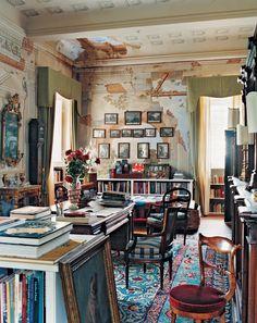 Интерьер гостиной с высоким потолком в стиле бохо