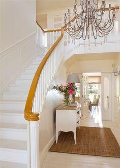 Escalera blanca con pasamanos de madera White Staircase, Staircase Design, Entryway, New Homes, Stairs, Room, House, Home Decor, Staircases