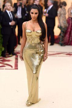 Kim Kardashian in Versace, Met Gala 2018 Kardashian Style, Kardashian Jenner, Met Gala Outfits, Nice Dresses, Girls Dresses, Glitter Fashion, Gold Dress, Celebrity Style, Jenners