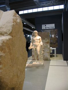 The statue is  made of Bianco Vicenza Stone. In the background , however, a large natural stalactite , as sometimes is found in the quarry (in particular in one of Giallo Dorato quarries) . On the opposite side, you can admire a carved block (with wire shaper machine).