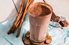 Slimming Chocolate Smoothie Take ½ cup skim or soy milk and blend with 1 cup of low-fat vanilla yogurt. Add in either ¼ cup of sweetened… Peanut Butter Smoothie, Strawberry Banana Smoothie, Avocado Smoothie, Peanut Butter Banana, Cold Coffee Drinks, High Fiber Breakfast, Chocolate Shake, Chocolate Chips, Smoothie Recipes