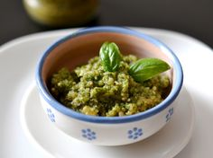Bazsalikomos pesto recept Pesto, Guacamole, Vegetarian Recipes, Spreads, Goodies, Mexican, Cooking, Ethnic Recipes, Salads