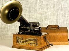 El fonografo fue el primer dispositivo con la capacidad de reproducir el sonido. Inventado por Thomas Alva Edisson en 1876 utilizaba la grabación mecánico análoga y a través de la vibración de las ondas sonoras grababa el sonido sobre un cilindro. Turntable Record Player, Record Players, Edison Phonograph, Radios, Radio Antigua, Decor Inspiration, Audio Room, Antique Radio, Sight & Sound