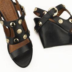 Salto anabela e medalhinhas douradas que completam o charme dessa sandália desejo do Shop Miezko. Compre direto pelo link da bio #miezko #shopnow #anabela