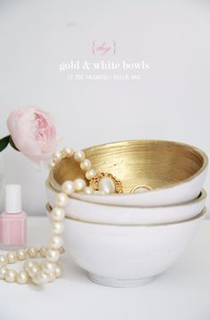 Gold DIY Initiatives and Crafts - DIY Gold and White Bowls - Straightforward Room Decor, Wall . Diy Home Decor Rustic, Gold Home Decor, Gold Diy, Diy Ouro, Diy Projects To Try, Craft Projects, Am Laufenden Band, Style Marocain, Diy Spray Paint