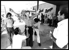 デヴィッド・ボウイ主演映画『地球に落ちて来た男』 制作現場のボウイを撮影した写真をビンテージ写真サイトが特集紹介 - amass