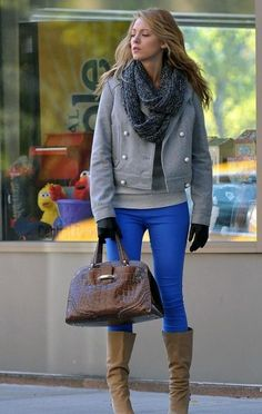 I leggings blu di Blake Lively abbinati a stivali marroni e giacca grigia