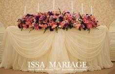 Organizare nunta la Restaurant Hotel Ramada Pitesti , decoratiuni sala nunta cu huse de scaun crem model incretit si fata de masa cu trandafiri, vaze de sticla subtiri si inalte cu aranjamente din crini si trandafiri IssaMariage