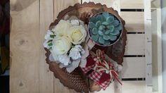idea regalo centrotavola con base in legno, fiori di seta, elementi naturali e vasetto con pianta grassa senza spine di ErbavoglioCreazioni su Etsy