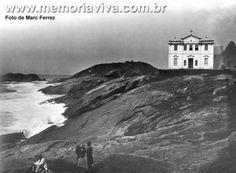 1895, de Marc Ferrez, mostra a Igrejinha de Copacabana onde hoje fica o Forte de Copacabana.