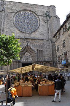 The Saturday honey market, in Plaça del Pi, Barcelona.