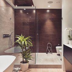 Um banheiro lindo com acabamento impecável…na parede ao fundo uma amostra de como o Porcelanato com aspecto de madeira bem instalado e em um ambiente especial pode sim ficar lindo!!! #dicameiramartins #interiores #projetos #inspiração #ambientes...
