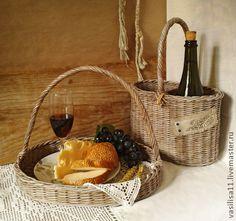 Плетёный набор `Toscana` (короб для вина и поднос). Короб для вина и овальный поднос полностью сплетены из бумаги, лёгкие и прочные, цвета состаренной лозы. Эти вещи подарят Вам особую душевность и тепло, привнеся в атмосферу дома благородную ноту старины...